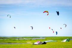 Surfisti del cervo volante in mare Fotografia Stock Libera da Diritti