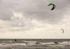 Surfisti dell'aquilone fotografia stock libera da diritti
