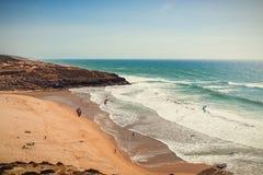 Surfisti dell'aquilone in bella spiaggia fotografia stock libera da diritti