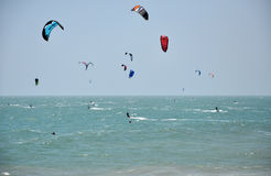 Surfisti dell'aquilone che kitesurfing sul mare Immagini Stock Libere da Diritti