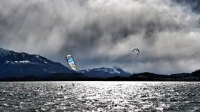 Surfisti dell'aquilone sul lago Immagine Stock