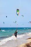 Surfisti dell'aquilone sulla spiaggia Fotografie Stock