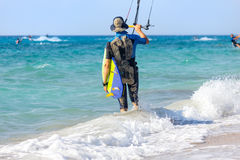 Surfisti dell'aquilone sulla spiaggia Immagine Stock