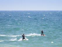 Surfisti dell'aquilone sulle acque blu dell'Oceano Atlantico nel Portogallo fotografia stock