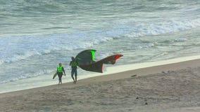 Surfisti dell'aquilone a terra archivi video