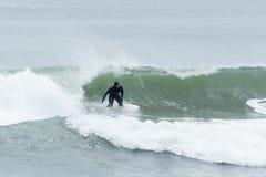 Surfisti di altezze della spiaggia Immagini Stock