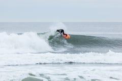 Surfisti di altezze della spiaggia Fotografie Stock