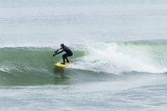 Surfisti di altezze della spiaggia Immagini Stock Libere da Diritti