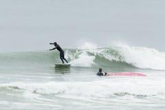 Surfisti di altezze della spiaggia Fotografia Stock Libera da Diritti