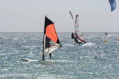 Surfisti di estate in mare Tarifa spain Fotografie Stock Libere da Diritti