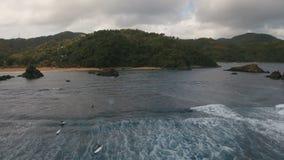 Surfisti di vista aerea sulle onde Catanduanes, Filippine stock footage