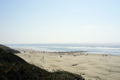 Surfisti e frequentatori della spiaggia in primo luogo per vedere eclissi solare totale Immagine Stock