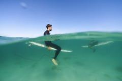 Surfisti sopra e sotto la linea di galleggiamento Fotografie Stock Libere da Diritti