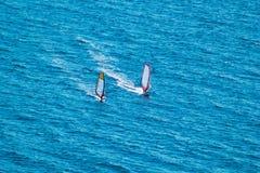 Surfisti sul mare blu Fotografia Stock Libera da Diritti
