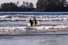 Surfisti sull'isola di Vancouver fotografie stock libere da diritti