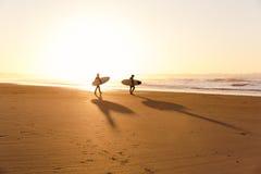 Surfisti sulla spiaggia Fotografia Stock Libera da Diritti