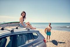 surfować katya lata terytorium krasnodar wakacje sport ekstremalny surfingowiec dziewczyny obsiadanie dalej fotografia royalty free