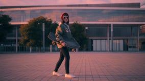 Surfować na deskorolka na miastowej ulicie zbiory wideo