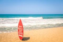 Surfplank bij exclusief strand - het Surfen school stock foto