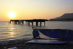 Surfplank bij Zonsondergang Royalty-vrije Stock Foto's