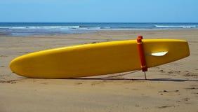 Surfplank in het Zand Stock Afbeelding