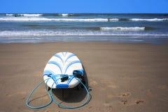 Surfplank op Zand bij Strand Stock Afbeelding