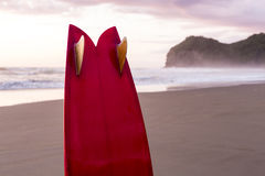 Surfplank op Zonsondergangstrand Stock Foto's