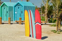 Surfplanken en het baden cabines in Doubai stock afbeelding