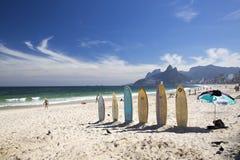 Surfplanken en toestel in het zand in Ipanema-Strand Rio de Janeriro Stock Fotografie