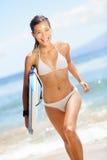 Surfujący plażowej kobiety - szczęśliwy surfingowiec dziewczyny bieg zdjęcia royalty free