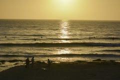 Surfujący przy Pacyfik plażą w San Diego, CA Zdjęcie Stock