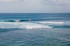 Surfujący przy Suluban plażą, Bali, Indonezja fotografia royalty free