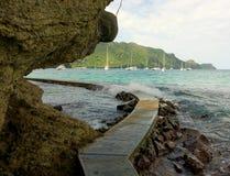 Surfuje bryzgać nad ścieżką plaża Obraz Stock