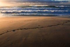 Surfuje, sand, i wschód słońca przy plażą Zdjęcia Royalty Free