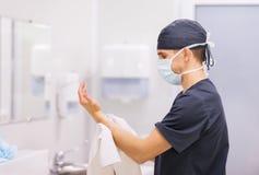 Surgeon医生洗涤的手 免版税库存照片