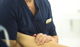 Surgeon with knee mobility Stock Photography