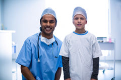 Surgeon and patient smiling at camera at hospital Royalty Free Stock Images
