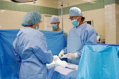 Surgical suite with health team Royalty Free Stock Photography