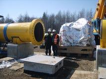 SURGUT NOVEMBER 11, 2008: Konstruktion av en fossila bränslenrörledning Arkivfoto