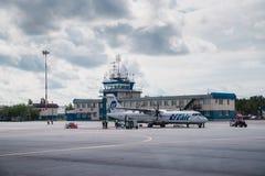 Surgut, Rússia - 27 de junho de 2017: Plano na pista de decolagem do aeroporto de Surgut Imagens de Stock Royalty Free