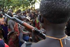 Suri krigare i södra Omo, Etiopien Arkivfoton