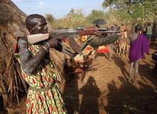 Suri krigare i södra Omo, Etiopien Fotografering för Bildbyråer
