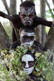 Suri pojkar med blommagarnering Royaltyfria Bilder