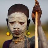 Suri pojke med framsidamålning Arkivbilder