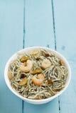 Surimi幼鳗用大虾、大蒜和胡椒 免版税库存照片
