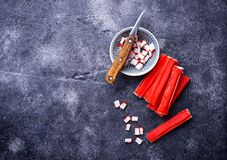 Surimi en het mes van krabstokken Stock Foto's