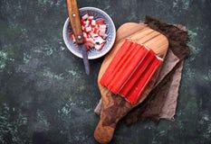 Surimi en het mes van krabstokken Royalty-vrije Stock Foto