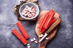 Surimi en het mes van krabstokken Stock Foto