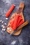 Surimi en het mes van krabstokken Royalty-vrije Stock Fotografie