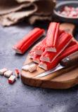 Surimi en het mes van krabstokken Stock Afbeeldingen